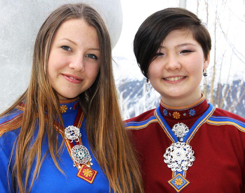To jenter i kofter. Foto: Torun Olsen.