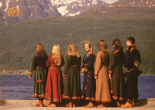 Syv ungdommer med Lyngenkofte.