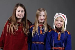 Tre jenter med kofte.