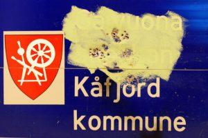 Overmalt og sønderskutt skilt fra Kåfjord.