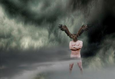 Naken mann uten ansikt med vinger på hodet i skyete landskap. Foto av Gjert Rognli.