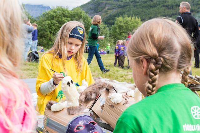 To jenter lager dukker på barnefestival. Foto: Eirin Roseneng.