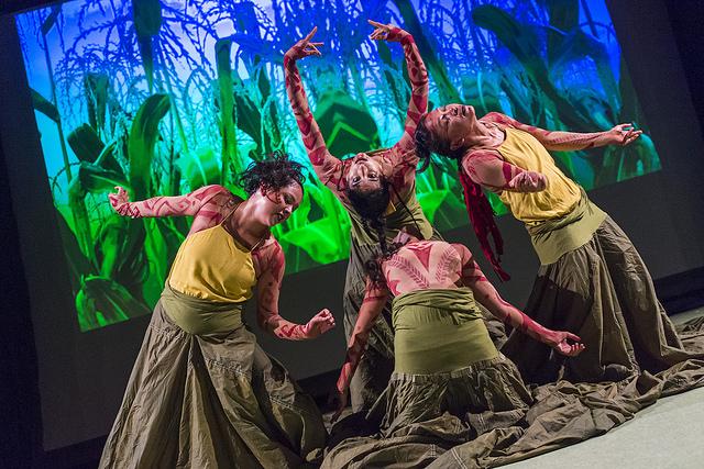 Fire damer danser på scenen.