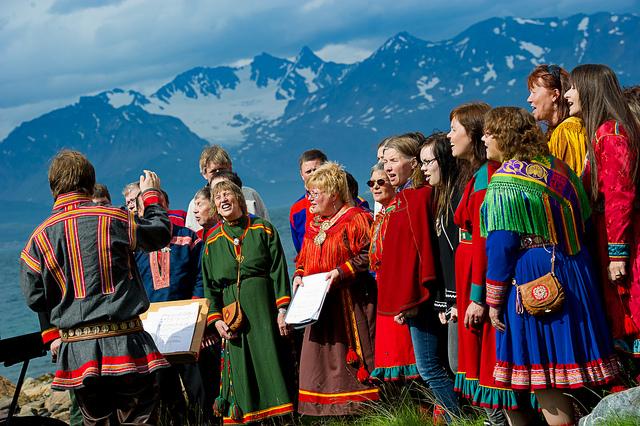 Kåfjordkoret synger på åpning av Kuben-galleri 2011. Foto: Ørjan Bertelsen.