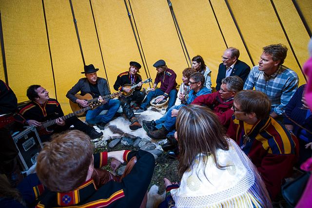 Violet Road spiller for et lite publikum i lavvu 2012. Foto: Ørjan Bertelsen.