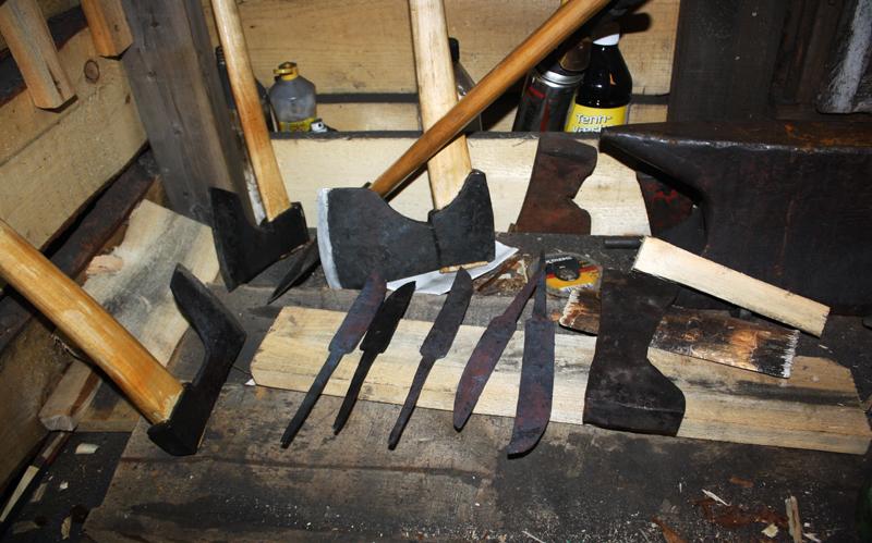 Økser, knivblader og annet verktøy laget av Hans.