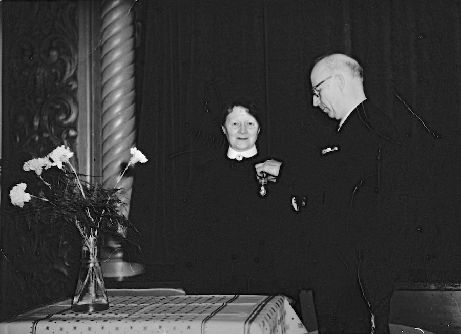 Søster Helene mottar kongens fortjenestemedalje i 1959.