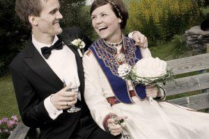 Ragnhild Dalheim Eriksen og Anders Wien gifter seg. Sitter på benk med vinglass i hånden.