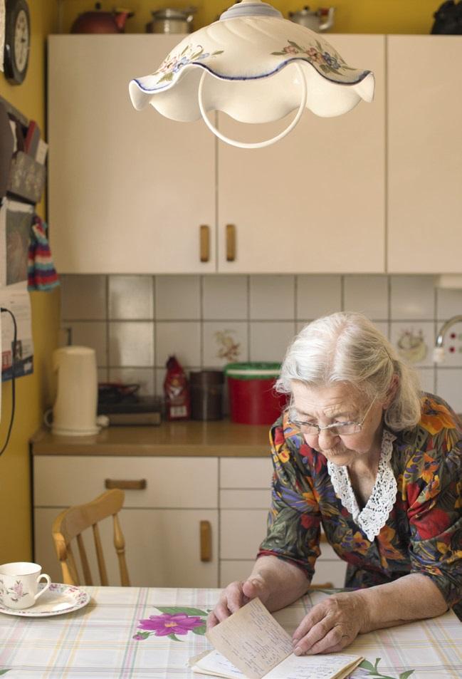 Magna Helene Andersen leter etter oppskrift på kjeks eller kake.