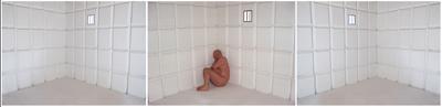 3 bilder på rad. I midten: Naken sitter i et hjørne i et rom med hvite fliser. Et lite vindu på veggen. De to andre viser samme rom uten mann, speilvendt. Foto av Gjert Rognli.
