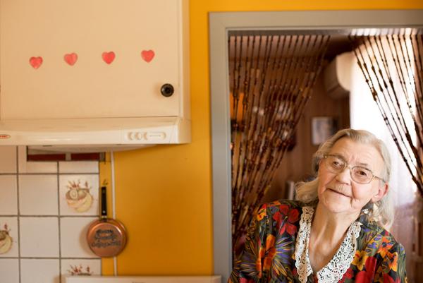 Magna Helene Andresen viser oss hvordan hun baker kake. Foto: Reni Jasinski Wright.