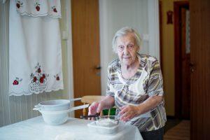 Elise Helene Solberg lager kaffeost. Foto. Reni Jasinski Wright.