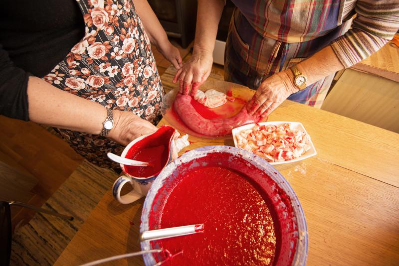 Bøtte med blod, skål med grønnsaker, ferdig pølse. Foto: Reni Jansinski Wright.