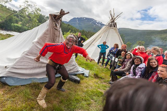 Grønlandsk maskedans. Foto: Daniel Skog.