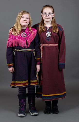 To jenter i kofte. Liten gutt i kofte. Foto: Tania Lopez/DÁG.