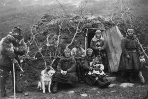 Samer utenfor gamme. Foto: Lindahl, Axel / Norsk Folkemuseum .