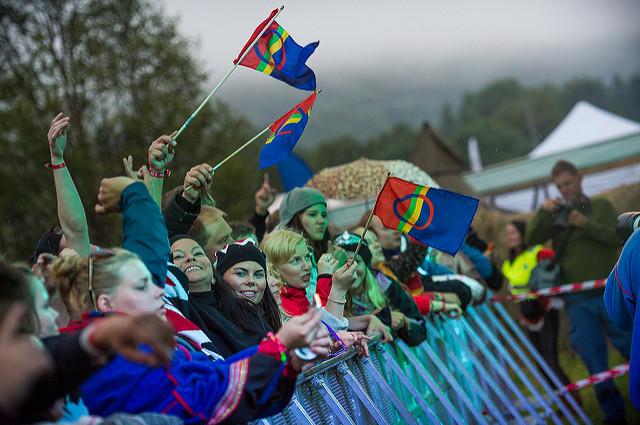 Publikum med sameflagg 2014. Foto: Ørjan Bertelsen.