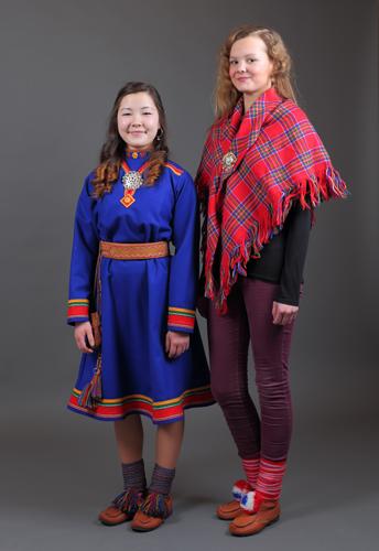 En jente i kofte og en jente med samisk sjal. Foto: Tania Lopez/DÁG