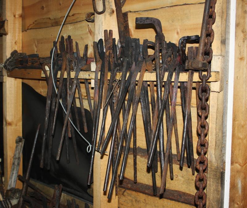Sjølagde verktøy som brukes i smia henger på veggen.