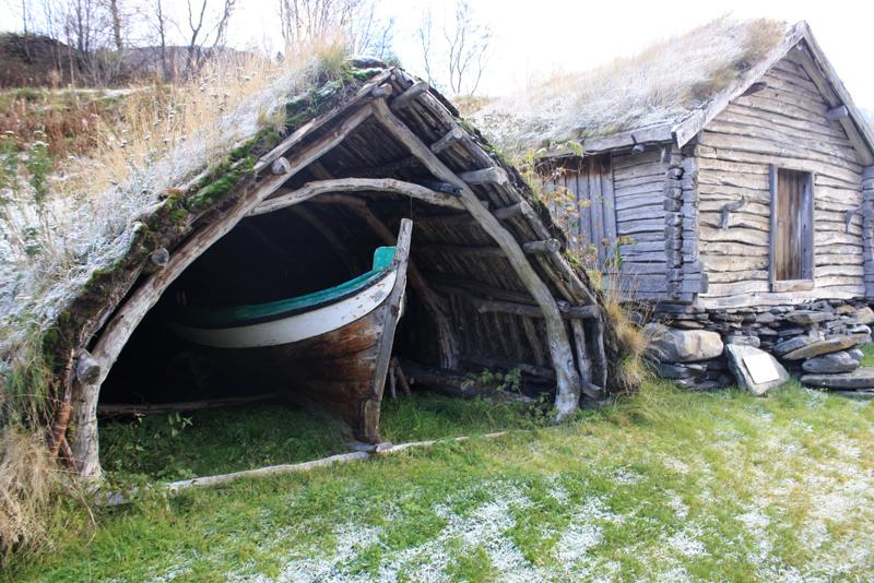 Naustgamme med båt og fjærabue i Birtavarre.