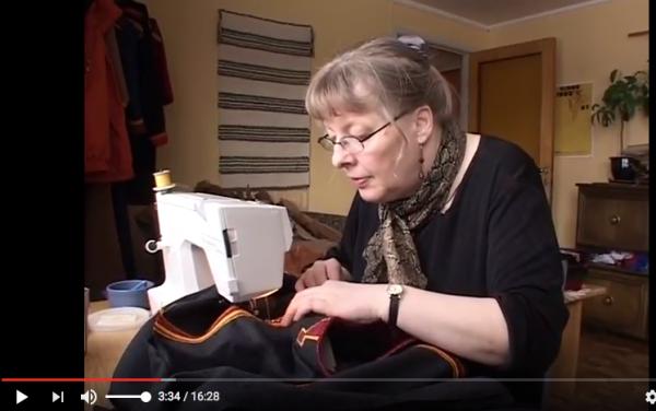 Karin Olsen ved symaskinen. Screenshot