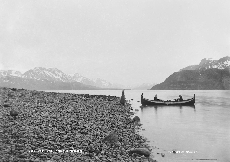 Damer i båt. Ulsfjorden.