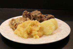 Tallerken med boknakjøtt, faltbrødmølja og kålrabi. Tradisjonsmat med kjøtt fra Nord-Troms